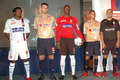07-08赛季里昂主客场球衣