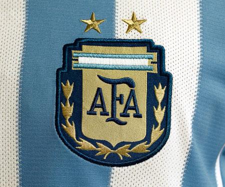 阿根廷足球队标志_阿根廷男子国家队队徽-阿根廷国家队现役球员名单?