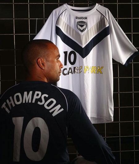 墨尔本胜利2010赛季亚冠联赛主客场球衣 © kitstown.com 球衫堂