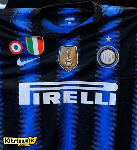 国际足联授予国际米兰2010年度世界冠军徽章 © kitstown.com 球衫堂