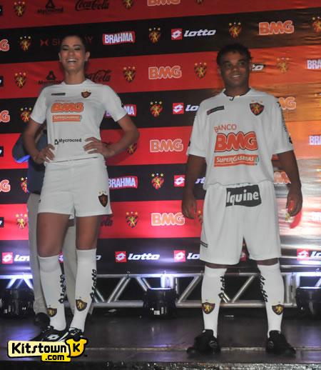 累西腓体育2011赛季主客场球衣 © kitstown.com 球衫堂