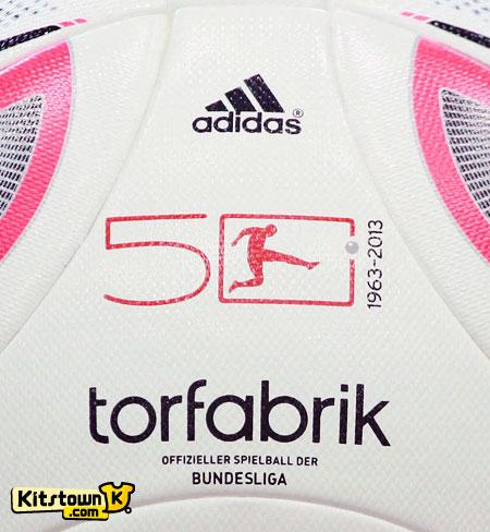 德甲联赛2012-13赛季官方比赛用球 © kitstown.com 球衫堂