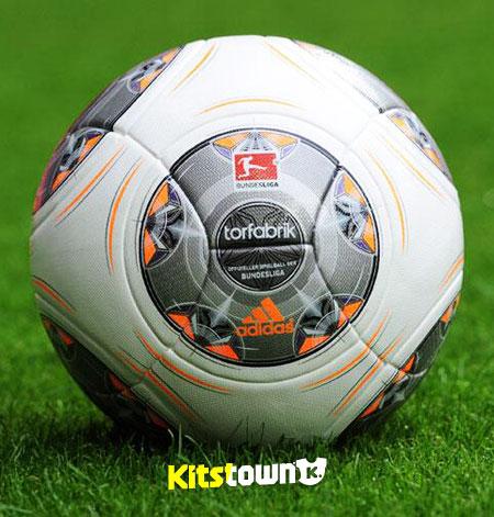 德甲联赛2013-14赛季官方比赛用球 © kitstown.com 球衫堂
