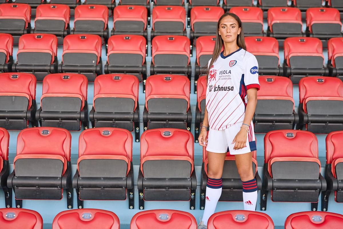 卡利亚里 2020-21 赛季主客场球衣 © 球衫堂 kitstown