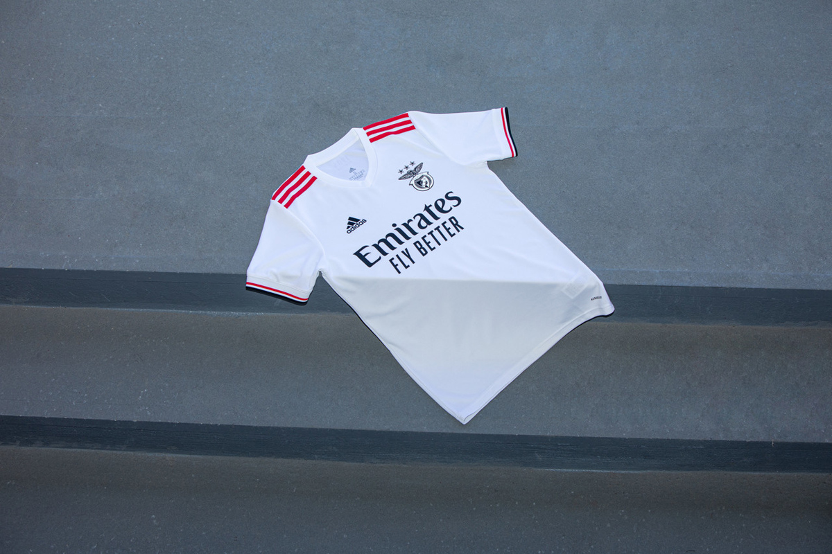 本菲卡 2021-22 赛季主客场球衣 © 球衫堂 kitstown